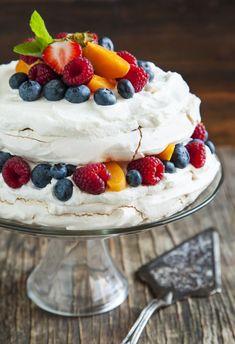 Pavlova torta s lahodným krémom a ovocím