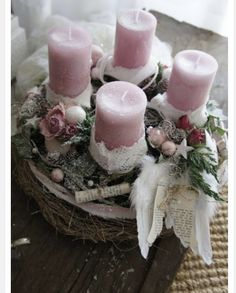 Filling Your Home with Favorite Christmas Scents- Pink Candles The pre-Christmas season . who does not love her, with her cozy hours at home, here are some candle Christmas ideas to you. Centerpiece Christmas, Christmas Advent Wreath, Christmas Scents, Christmas Arrangements, Felt Christmas Ornaments, Christmas Candles, Winter Christmas, Christmas Crafts, Christmas Decorations