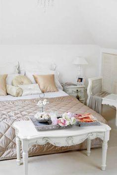 Sypialnia w stylu prowansalskim - W sam raz do prowansalskiej sypialni - satynowe poduchy i pikowana narzuta udekorowana kryształkami. styl prowansalski, białe meble, biel, sypialnia, tkaniny, lampa, szafka, dekoracje wnętrz, dekoracje, szezlong, ława, łóżko, meble drewniane