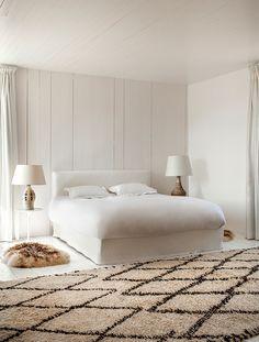 Берберский ковер в спальне привезен из Марокко. Керамические лампы Accolay и Georges Pelletier