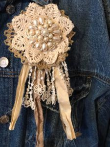 DIY Brooch - The Shabby Tree If you love accent items your going to love these brooches. Handmade Headbands, Brooches Handmade, Handmade Flowers, Handmade Crafts, Handmade Rugs, Handmade Soaps, Handmade Silver, Baby Headbands, Handmade Items