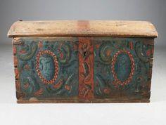 Liten, rosemalt kiste med blå bunnfarge, Telemark, eierinitialer og datering 1804. L: 96 cm. Skader og restaurert. Prisantydning: ( 1500 - 2000) Solgt for: 1700