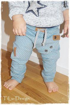 Bei der Hose Jinx handelt es sich um einen sehr lässigen Schnitt für kleine Mädchen und Jungen, in den Größen 44 bis 110. Die Hose besticht durch ihr überlappendes Vorderteil welches nicht angenäht...