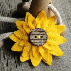 Rozkvetlá brožka felt daffodil, yellow flowers, felt sunflower, flower pins, button, fieltro, felt brooch, felt flowers, sunflower craft ideas