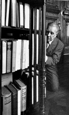 Borges arrodillado ante los libros, con los ojos de Sara Facio