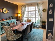 The Chaturvedis Transform Their Chicago Home from Drab to Fab Indian Home Interior, Indian Interiors, Ethnic Home Decor, Indian Home Decor, Dining Table Design, Dining Decor, Dining Area, Modern Apartment Decor, Colourful Living Room