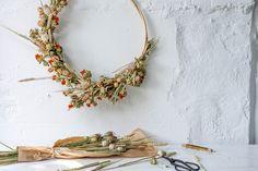 DIY: maak je eigen bloemenkrans! Fleurs Diy, Diy Flowers, Diys, Floral Wreath, Diy Crafts, Wreaths, Gardening, School, Small Bouquet