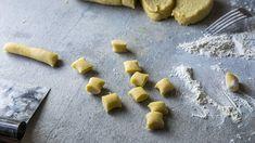 Hjemmelaget gnocchi - steg for steg - Oppskrift - Godt. Gnocchi, Parmesan, Ricotta, Food And Drink, Cookies, Desserts, Recipes, Friends Forever, Pasta