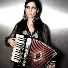 Que hermosa la condenada. Si pudiera tocar el acordeon me tomaria la misma foto. La preciosa, Julieta Venegas.