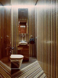 Гостевой туалет облицован мозаикой Bisazza.