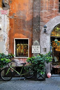 Streets of Rome, Italy - Such an interesting place full of quaint scenes like this one!