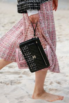 The complete Chanel Spring 2019 Ready-to-Wear fashion show now on Vogue Runway. Chanel Dress, Chanel Jacket, Chanel Purse, Chanel Bags, Chanel Chanel, Style Coco Chanel, Coco Chanel Fashion, Fashion Week, Skirt Fashion