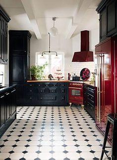 Stiltje cementgolv är inte målade. Det är ett ca 5mm infärgat marmorkrosslager som genom ett enormt hantverk sätts i dessa fantastiska mönster. Plattorna är handgjorda och variation i färg är normalt. Våra golv är mycket finkorninga (vilket ger skarpa konturer mellan färgerna) och hårda. Cementgolv är lättskötta och tåliga, de åldras vackert och passar bra med golvvärme. Klassisk Fransk med Insert är nog våran mest klassiska cementplatta. Hörnen på mittenplattan är avsågade och man lägger…