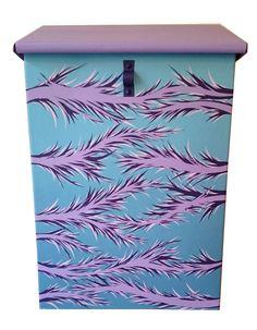 Postkasse med kult design. Lilla, blå, rosa👍💜💙💗 Office Supplies, Feathers, Design, Feather