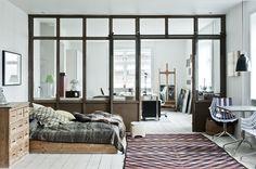 I Valby uden for københavn, har kunstner Gitte Svendsen indrettet sig, med både hjem og atelier i et. | Love the windows & sliding doors
