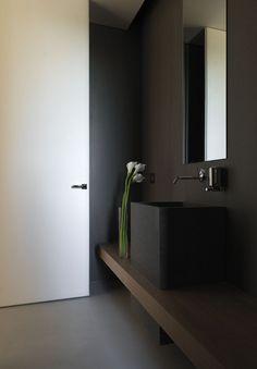 Salle de bain masculine - bois sombre et noir, minimaliste. #Dark #bathroom…