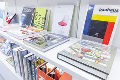 建築や美術に関する書籍も充実。インテリアの一部としても映える。