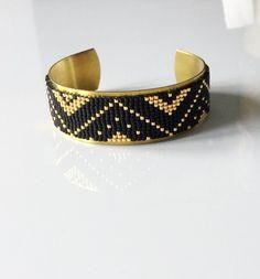 Magnifique manchette avec tissage de perles miyuki délicas réalisé au métier à tisser, collé à la colle E6000 (colle universelle idéale pour le collage de perles sur diffé - 18317547 Beaded Braclets, Bead Loom Bracelets, Beaded Bracelet Patterns, Bead Loom Patterns, Woven Bracelets, Seed Bead Jewelry, Diy Jewelry, Beaded Jewelry, Metal Jewelry