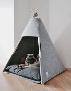TeePee beds for cats or dogs, in grey felt. This cat bed or dog bed is great to sleep and hide. Pet Beds, Dog Bed, Dog Cave, Puppy Room, Dog Rooms, Ideias Diy, Pet Furniture, Pet Home, Dog Houses