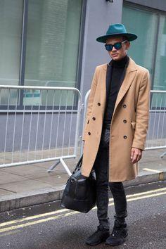 2015-12-31のファッションスナップ。着用アイテム・キーワードはコート, サングラス, スニーカー, チェスターコート, デニム, ニット・セーター, ハット, バッグ, 黒パンツ,アディダス(adidas)etc. 理想の着こなし・コーディネートがきっとここに。| No:134621