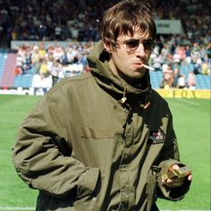 Liam Gallagher I have a coat that mayyyy work like this. For the MATT throwing up scene Gene Gallagher, Lennon Gallagher, Liam Gallagher Oasis, Music X, Rock Music, Music Icon, Portsmouth, Manchester City, Oasis Style