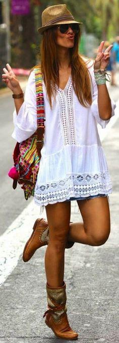 Maillot de bain : tenue boheme chic tunique blanche et sac d été en couleurs vives