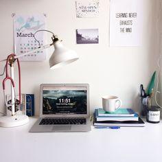 Beautiful and Minimalist Dorm Decore Desk Inspiration Student, Study Inspiration, Minimalist Dorm, Minimalist Home Decor, Student Bedroom, Study Space, Study Motivation, School Motivation, Floating Nightstand