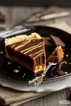 This rich and luxurious Caramel Chocolate Tart is an easy no bake dessert recipe that's perfect for dinner parties! An easy make ahead dessert, it's quick to make and looks very impressive. Click for the full recipe, helpful tips and your FREE e-cookbook! Make Ahead Desserts, Easy No Bake Desserts, Easy Baking Recipes, Easy Cheesecake Recipes, Tart Recipes, Dessert Recipes, Chocolate Caramels, Chocolate Recipes, Caramel Treats
