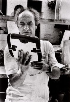Eduardo Chillida with one of his clay sculpture in St. Paul de Vence (1973) Photo by Ernst Scheidegger