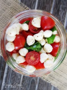 Picnic Style Caprese Salad - I like the salad in a jar idea Picnic Lunches, Picnic Foods, Salad In A Jar, Soup And Salad, Salad Recipes, Healthy Recipes, Sandwich Recipes, Healthy Salads, Healthy Food