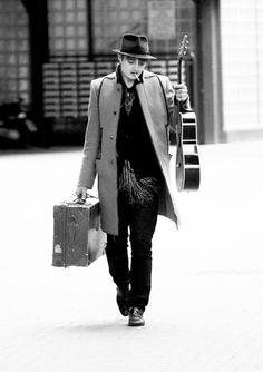 """Pete Doherty en concierto...Elegantemente decadente, provocativo, extravagante, talentoso, un malo sexy. Así ha sido siempre Pete Doherty, el enfant terrible del pop británico, desde sus inicios con The Libertines, pasando por Babyshambles, coqueteando más tarde con el mundo de la moda, y hasta el día de hoy, en su carrera en solitario. Este miércoles tendremos la oportunidad de verlo rasgueando su guitarra y comiéndose el escenario del Apolo con su álbum de 2009 """"Grace/Wastelands""""."""