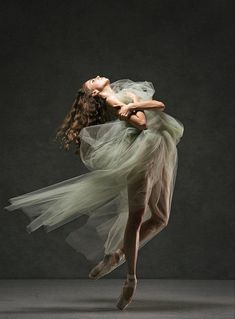 Emma Town Milwaukee Ballet photo by Gene Schiavone Dance Photography Poses, Dance Poses, Photography Humor, Beauty Photography, Ballet Art, Ballet Dancers, Ballerinas, Ballerina Kunst, Foto Fantasy