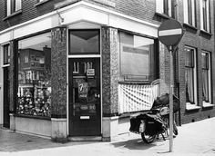 Gezicht op de onderkant van de voor- en zijgevel van de kruidenierswinkel Amsterdamsestraatweg 400 op de hoek met de Anemoonstraat te Utrecht.1970 Utrecht, Landline Phone, Historia
