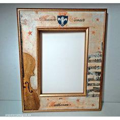 Portafotos rectangular con adornos musicales, con terminación en pan de oro. Accesorio para colgar en horizontal o en la pared