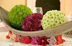 Each ball could be colour coded to match the cars Floristik Rezepte Allerheiligen 💐 Small Flower Arrangements, Flower Centerpieces, Flower Decorations, Deco Floral, Art Floral, Floral Design, Fruit Flower Basket, Hotel Flowers, Easter Garden