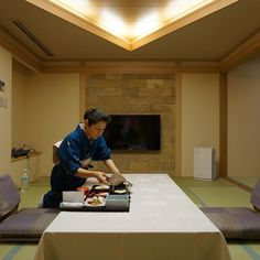 The Japanese lady preparing our #kaiseki #dinner at this #onsen hotel.  We stayed for a night at #Konanso at #Kawaguchiko a newly renovated Japanese #ryokan with modern furnishing and a private onsen at the balcony. What I love most about Konanso is that despite its modern touches it is true to the spirit of a traditional ryokan - low table on tatami in the main room; a seating area facing the lake separated from the main room by a shoji; and a tokonoma with raised alcove and a painting. In…