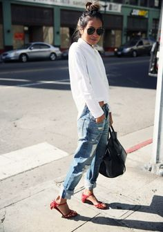 Chic et printanière en boyfriend jean, avec une simple chemise blanche et de jolies sandales rouges. Le rouge, une couleur qui se marie si bien avec le jean