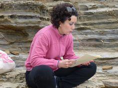 Lettura di un alunno del corso di scrittura creativa alla Buca delle Fate. Passeggiata con le guide del centro Costa Etrusca e visita al Castello di Populonia by Il Turista Informato #InvasioniDigitali #Populonia #Toscana