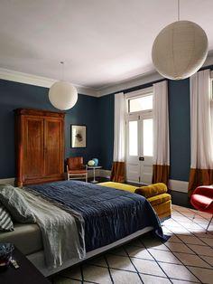 Tiefblaue decken, Wände und blau gestreiften Teppich Bodenbelag schaffen ein Gefühl der Ruhe, um diese weißen getrimmte Master-Schlafzimmer. Foto von Interior Design Excellence Awards