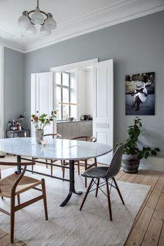 Sarah og Christian var tæt på at købe sig fattige i farveprø Small Space Living, Living Spaces, Dining Room Design, Kitchen Design, House Colors, Colorful Interiors, Interior Inspiration, Living Room Decor, Dining Table