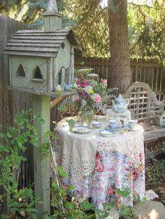 On prend le thé avec les oiseaux.