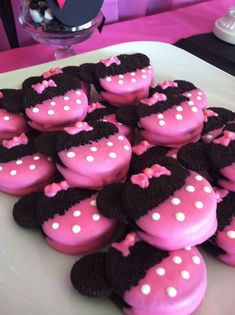 Perfect for a first birthday theme, a Minnie Mouse party is sure to be a hit with your little Disney fan. From cake to decorations, we have tons of adorable Minnie Mouse party ideas that you can easily incorporate into your event. Minni Mouse Cake, Bolo Da Minnie Mouse, Minnie Mouse First Birthday, Minnie Mouse Baby Shower, Baby Mouse, Minnie Mouse Cookies, Mini Mouse Cupcakes, Minnie Mouse Favors, Mickey Mouse Oreos