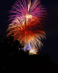 How to photograph Fireworks...Backyard Fireworks by Scott Michaels, via Flickr
