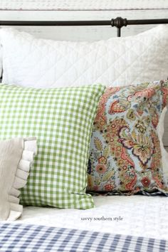 Savvy Southern Style : Fun Colorful Summer Guest Bedroom Extra Bedroom, Guest Bedrooms, Master Bedroom, Summer Bedroom, Savvy Southern Style, Bedroom Styles, Bedroom Ideas, Farmhouse Bedroom Decor, How To Make Pillows