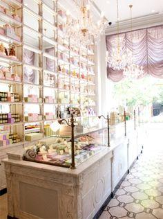one of the most beautiful shop interiors I've ever seen... Amalia: se trata de un diseño bonito tanto por el colorido de la tienda como por la enorme iluminacion de la tienda