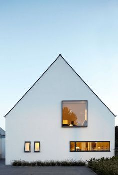 Modern house in white architecture .- Modernes Haus in weiß Modern house in white architecture - Architecture Durable, Interior Architecture, White House Architecture, Windows Architecture, Residential Architecture, Exterior Design, Interior And Exterior, Colonial Exterior, Bungalow Exterior
