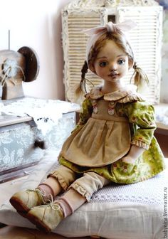 В шитье кукольной одежды есть свои тонкости. Платье куклы очень портят машинные строчки прямо поверх ткани. Швы выглядят грубо и топорно, что очень портит кукольный наряд. Сегодня я хочу показать и рассказать, как я прячу эти строчки, используя подкладку и потайные швы. 1. Выкройка, с которой мы и будем работать. Выкройка состоит из с�