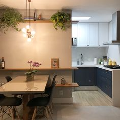 Uma casa colorida e super aconchegante Table, Furniture, Home Decor, Instagram, Studio Apartments, Colorful Houses, Dining Room, Pictures, Decoration Home