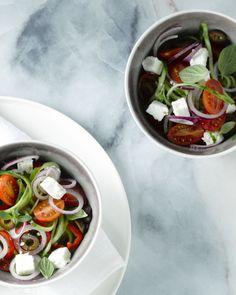 Griekse salade met komkommerslierten Healthy Salads, Healthy Recipes, Greek Recipes, Caprese Salad, Barbecue, Salad Recipes, Tapas, Food And Drink, Veggies
