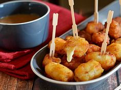 Poutine Poppers (Cheese-Stuffed Potato Bites With Brown Gravy). Now I can have bite-sized Poutine at every party. Potato Bites, Potato Skins, Canadian Dishes, Canadian Recipes, Brown Gravy Recipe, Poutine Recipe, Fingers Food, Yummy Food, Tasty